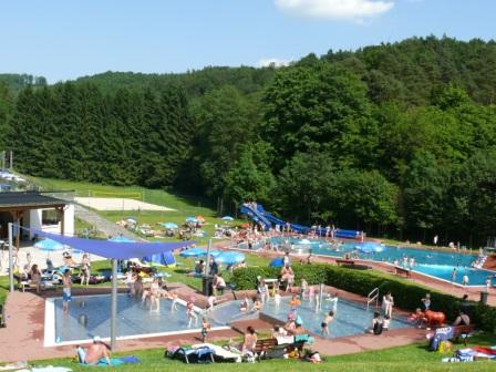 Ansicht des Waldschwimmbades Oberscheld im laufenden Badebetrieb
