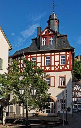 Das alte Rathaus wurde nach dem großen Stadtbrand von 1723 erbaut.