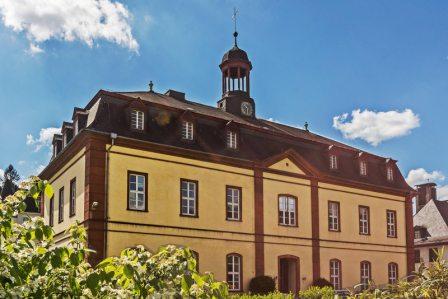 Das alte Archivgebäude am Europaplatz wurde mit Steinen des zerstörten Schlosses aufgebaut