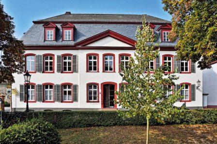 Das im spätbarocken Baustil 1772 errichtete Haus Wilhelmstraße 24 wurde 1803 an den Prinzen Wilhelm V. von Oranien (Residenz in Den Haag, NL) verkauft und erhielt so im Volksmund den Namen Prinzenhaus.