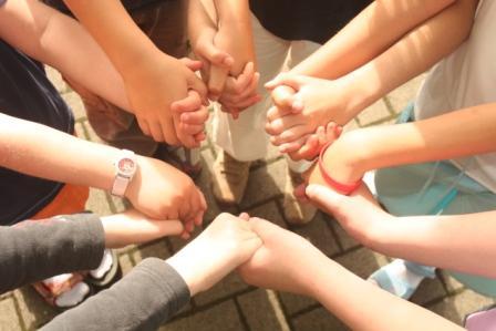 Hände, die einander ergreifen; Quelle Pixabay
