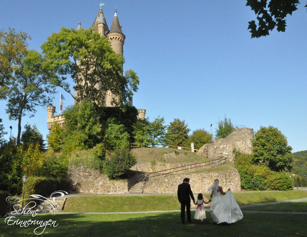 Brautpaar mit Kind am Schlossberg