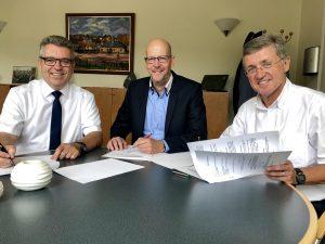 Drei Bürgermeister unterschreiben den Vertrag