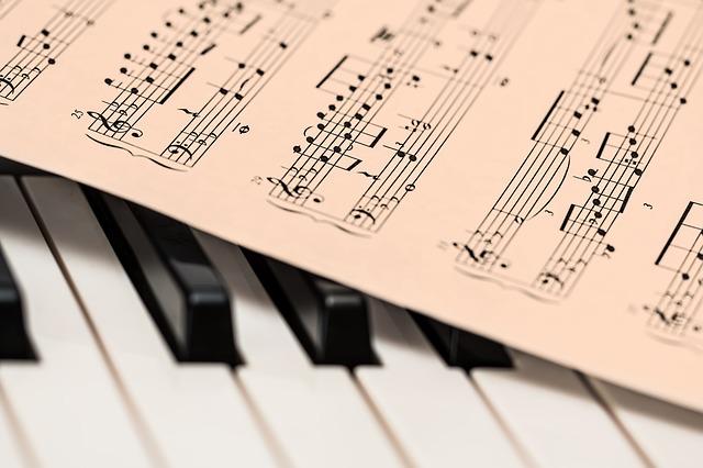 Ein Notenblatt und Klaviertasten