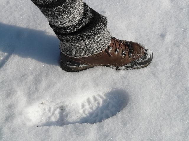 Ein Wanderschuh im Schnee; Quelle: Pixabay