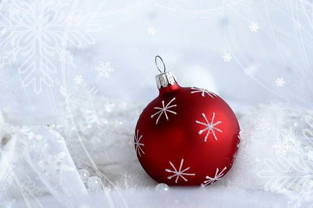 Eine rote Weihnachtskugel; Quelle Pixabay