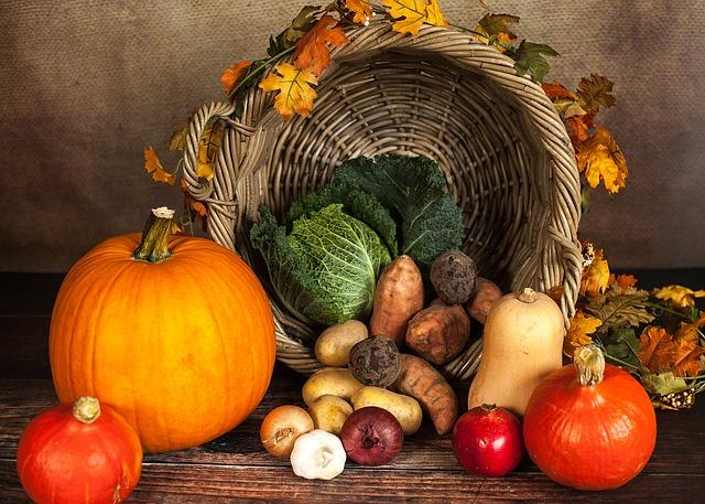 Ein Korb mit Kürbissen, Obst und Gemüse. Quelle: Pixabay