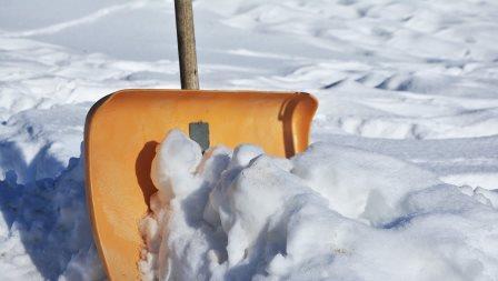 Das Blatt einer Schneeschaufel im Schnee; Quelle: Pixabay