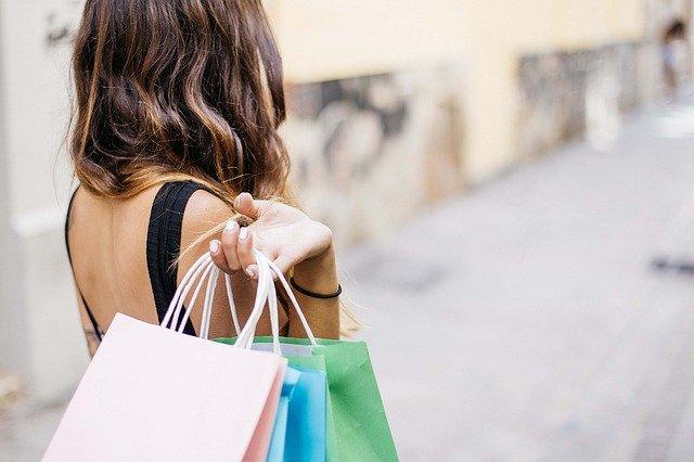 Eine Frau mit Einkaufstüten