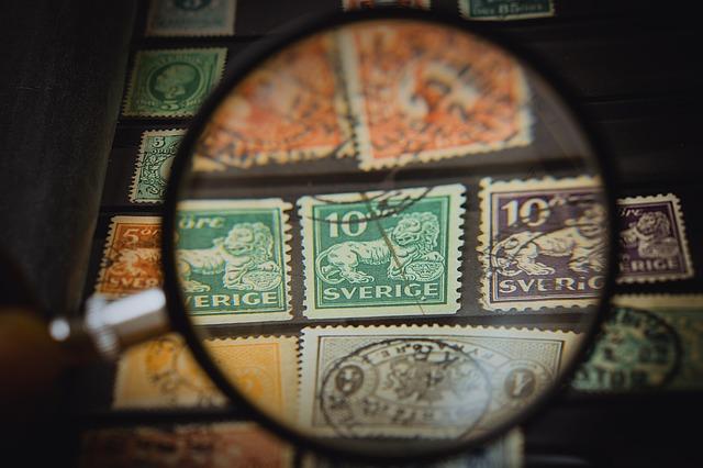 Briefmarken durch eine Lupe betrachtet