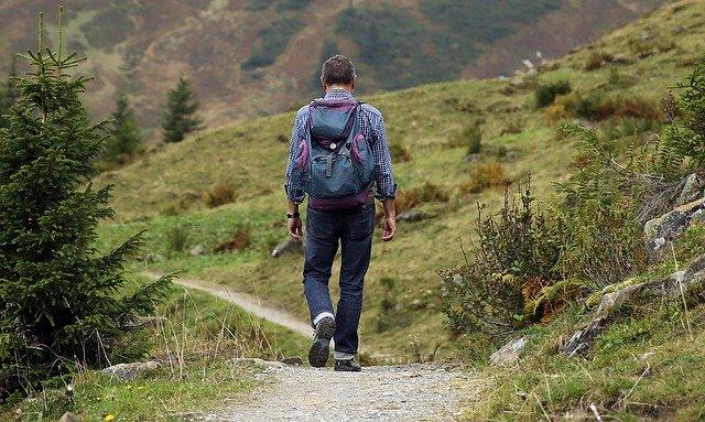 Ein wandernder Mann in der Natur