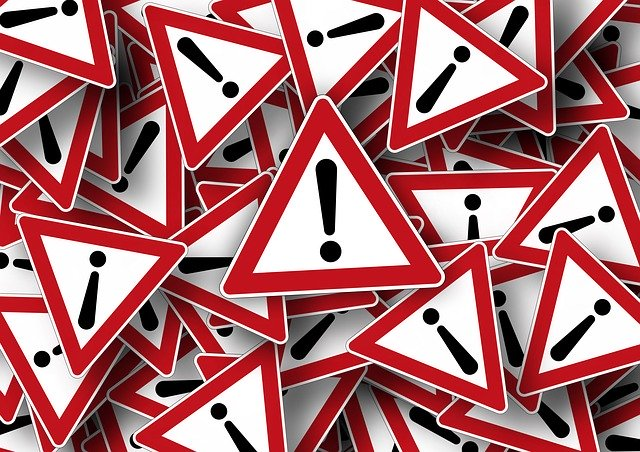 Achtung! Viele dreieckige Verkehrsschilder mit rotem Rand und einem schwarzen Ausrufezeichen Quelle: Pixabay
