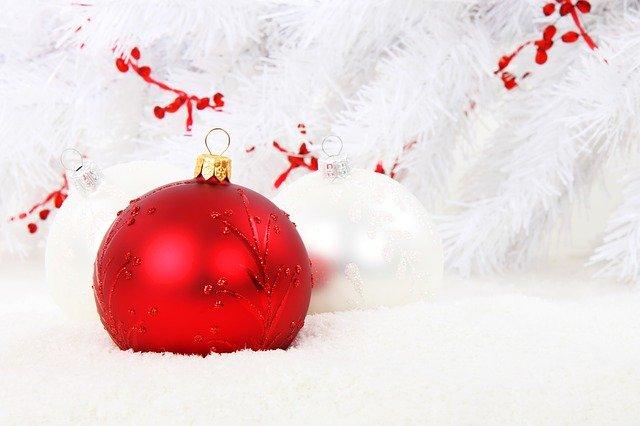 Eine rote Weihnachtsbaumkugel