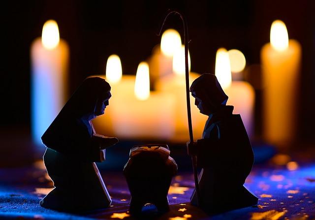 Kerzen und eine Krippe mit Josef, Maria und dem Jesuskind