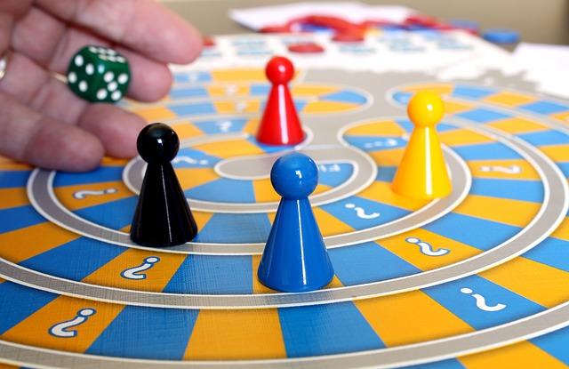vier Spielfiguren auf einem Spielbrett
