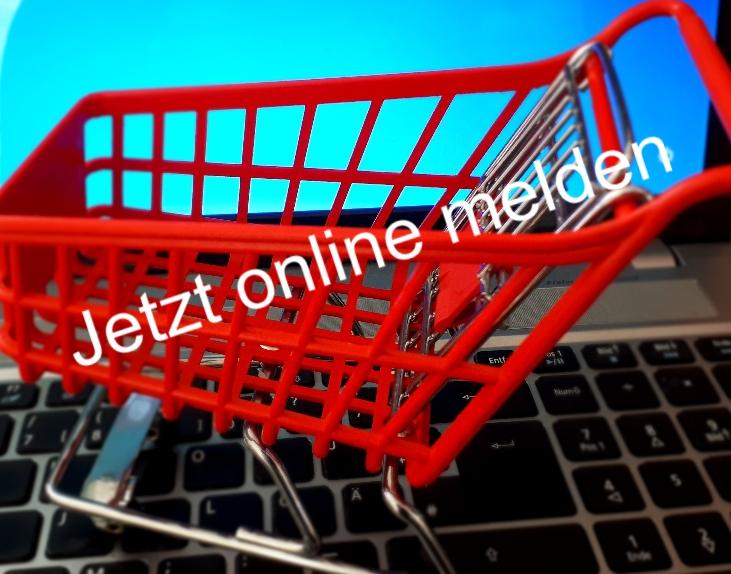 Ein kleiner Einkaufswagen, der auf einer Tastatur steht