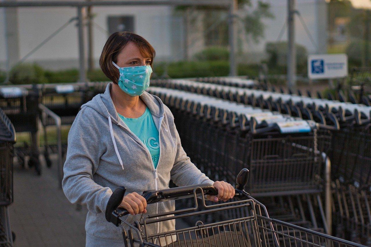 Maskenpflicht: Eine Frau mit Alltagsmaske schiebt einen Einkaufswagen Quelle: Pixabay