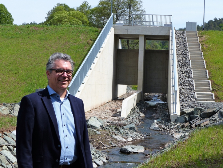 Machte sich ein Bild vom Stand der Bauarbeiten in Oberscheld und Eibach: Bürgermeister Michael Lotz, hier vor der Stauanlage in Oberscheld (Foto: Kilian Scharf)