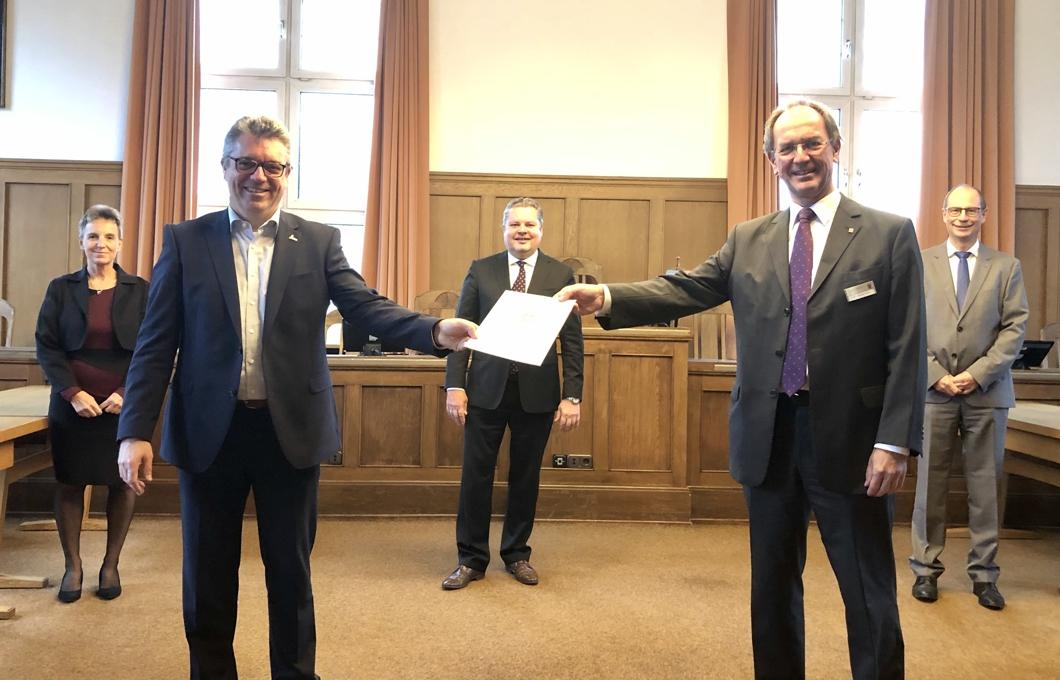 Oranienstadt Dillenburg kann den Schutzschirm zuklappen. Bürgermeister Michael Lotz erhält die Urkunde zur Entlassung aus dem Schutzschirm