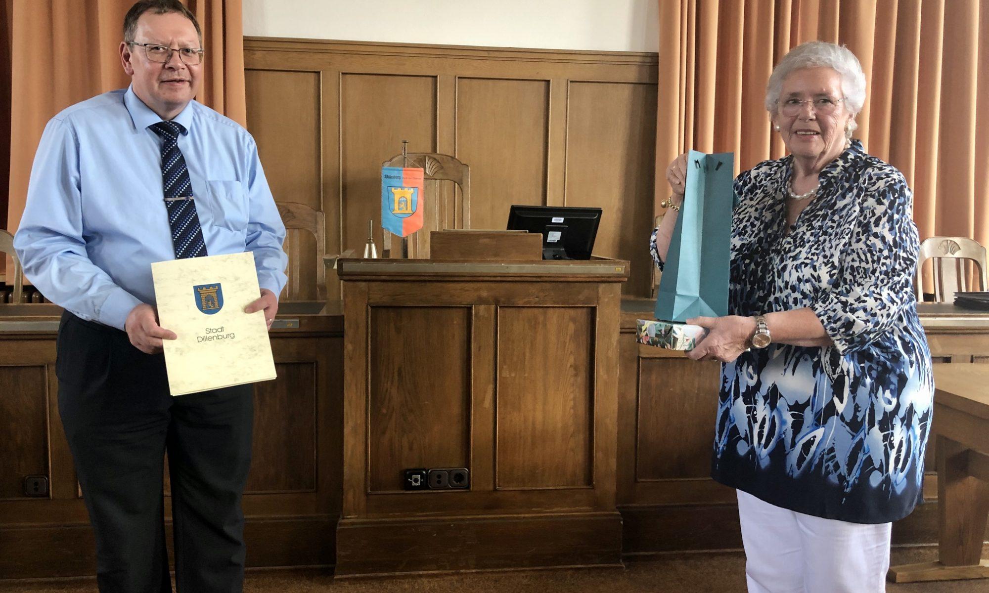 Verließ den Magistrat schon im Sommer: Stadtrat Steffen Schenk bei der Verabschiedung durch Erste Stadträtin Elisabeth Fuhrländer (Foto: Oranienstadt Dillenburg)