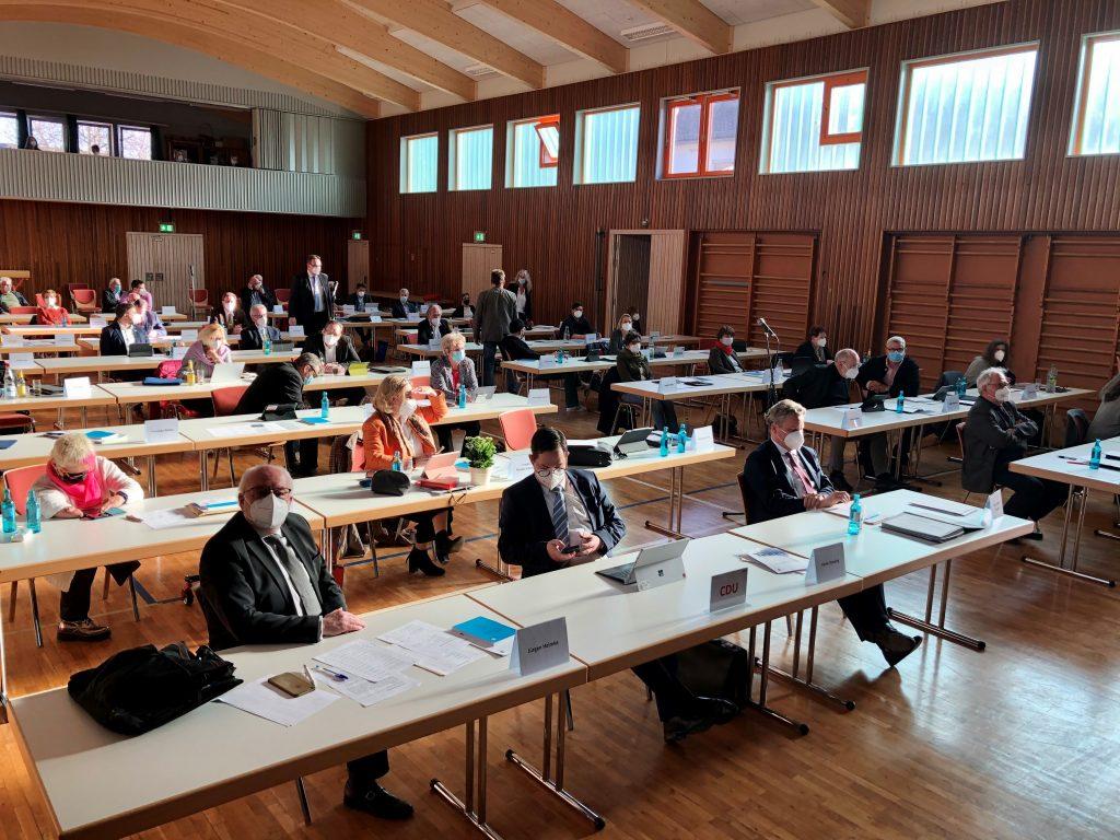 Foto (Oranienstadt Dillenburg): Die Stadtverordnetenversammlung bei der konstituierenden Sitzung am 22. April in der Gemeinschaftshalle Niederscheld