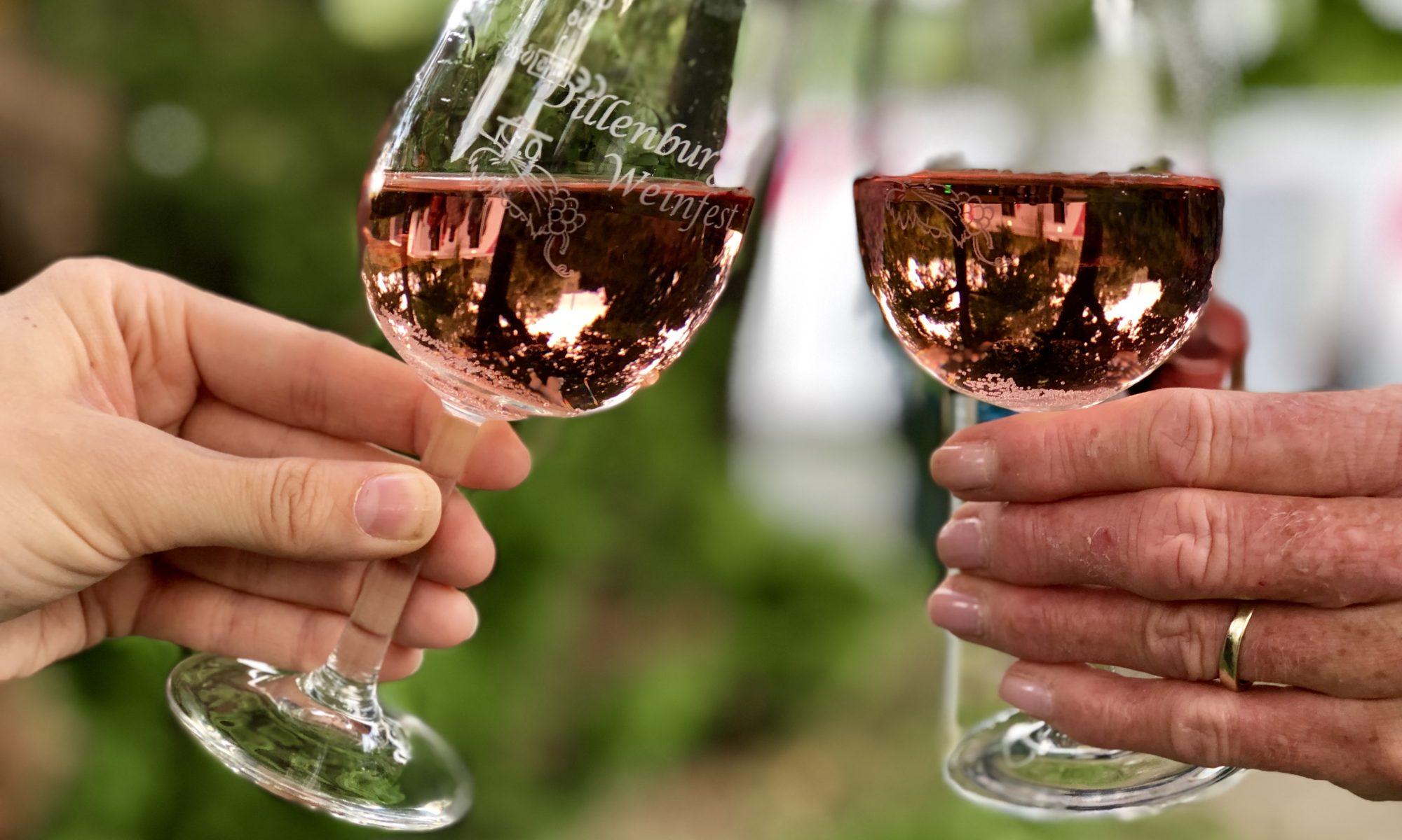 Anstoßen mit Gläsern des Dillenburger Weinfestes